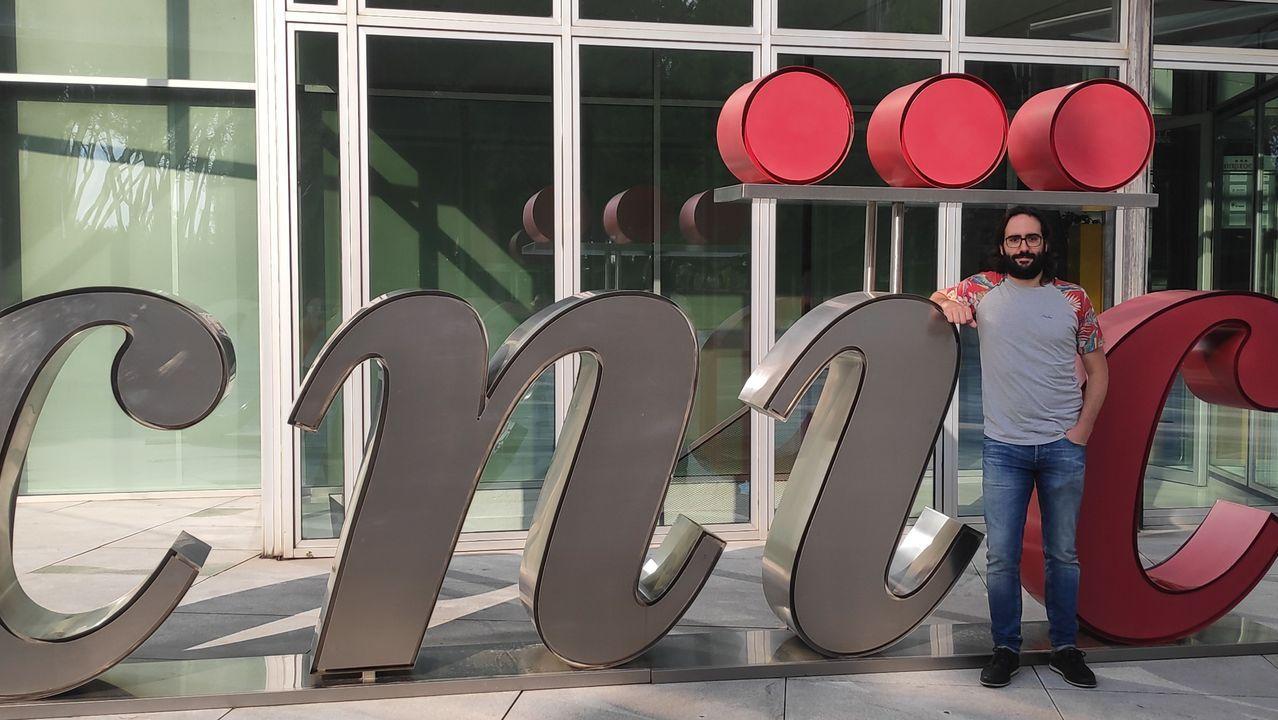 En directo: Sánchez e Iglesias presentan el proyecto de Presupuestos.José Ángel Nicolás, delante de la sede del Centro Nacional de Investigaciones Cardiovasculares, donde trabaja