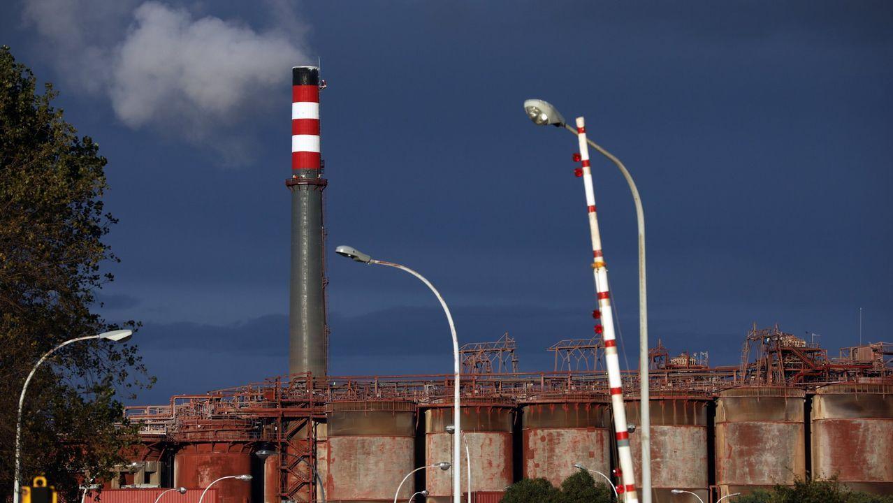 Concentración de los trabajadores de Alcoa ante el Ministerio de Industria.Trabajadores de Alcoa durante la asamblea celebrada en Avilés donde los representantes de los empleados de la planta asturiana y de la A Coruña