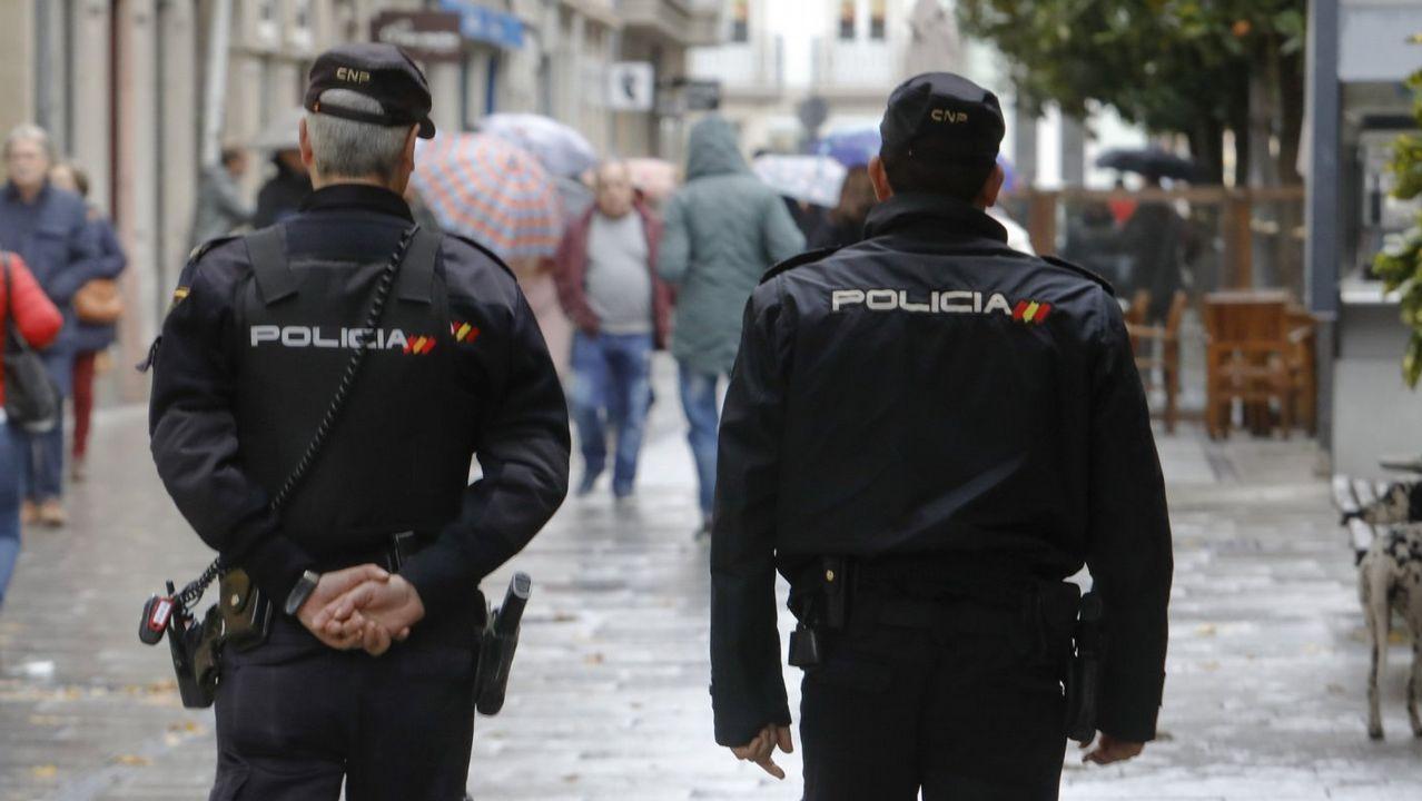 Los olivareros de Andújar protestan cortando la A-4.Imagen de archivo de dos policías nacionales