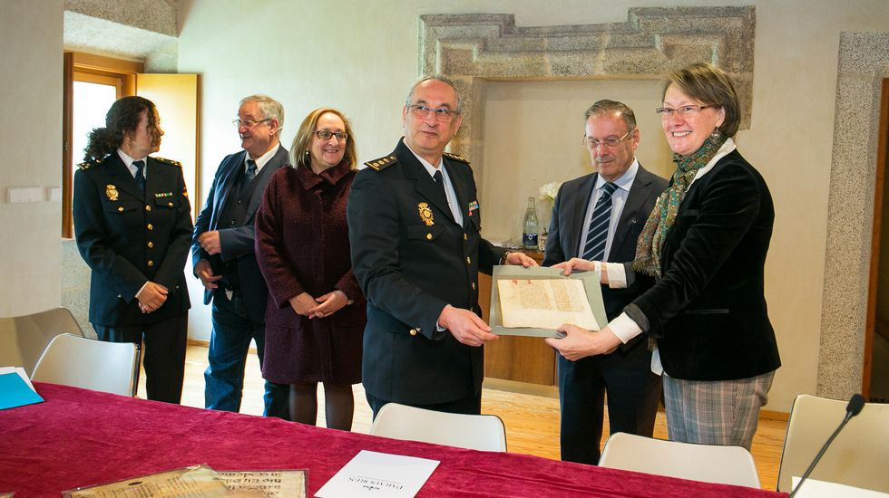 Representantes de la Policía Nacional entregaron a los responsables del Arquivo Provincial de Lugo el pergamino recuperado del  Livro da Montaria