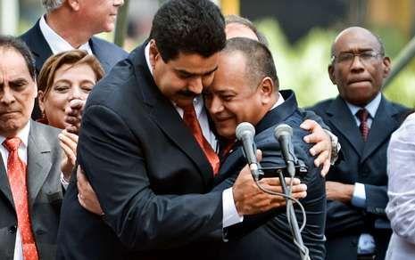 Maduro y Cabello se abrazan después de decir que Chávez seguirá al frente del Venezuela.