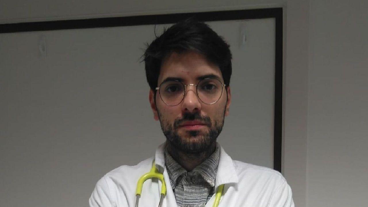 Emotiva salida del segundo paciente con coronavirus de la uci del Chuac.Rodrigo Aguirre estuvo en cuarentena y ya ha vuelto al trabajo