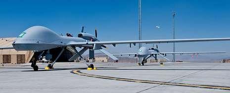 Dos aviones no tripulados recién montados en una de las bases aéreas que Estados Unidos tiene en Afganistán.