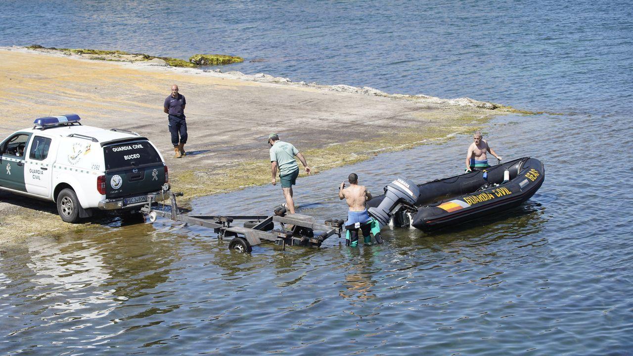 El kayak en el que navegan los dos noieses desaparecidos estaba inundado.Gente con mascarilla, en una calle de Ourense