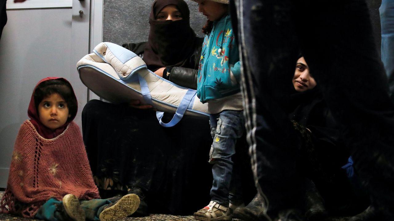 Una familia espera en la ciudad turca de Dikili entrar en un registro, después de un intento fallido de cruzar a Lesbos
