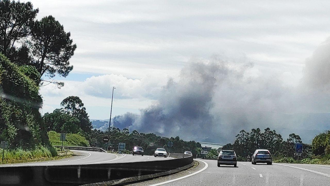 La gran columna de humo también cubrió la autovía de Barbanza