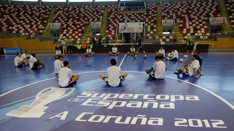 Supercopa de España de fútbol sala en A Coruña.Una portería gigante adorna el túnel de Fontes do Sar con el lema #santiagoquerefutsal.