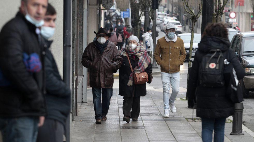 Personas con mascarillas en una calle del centro de Monforte, en una foto de hace unos días