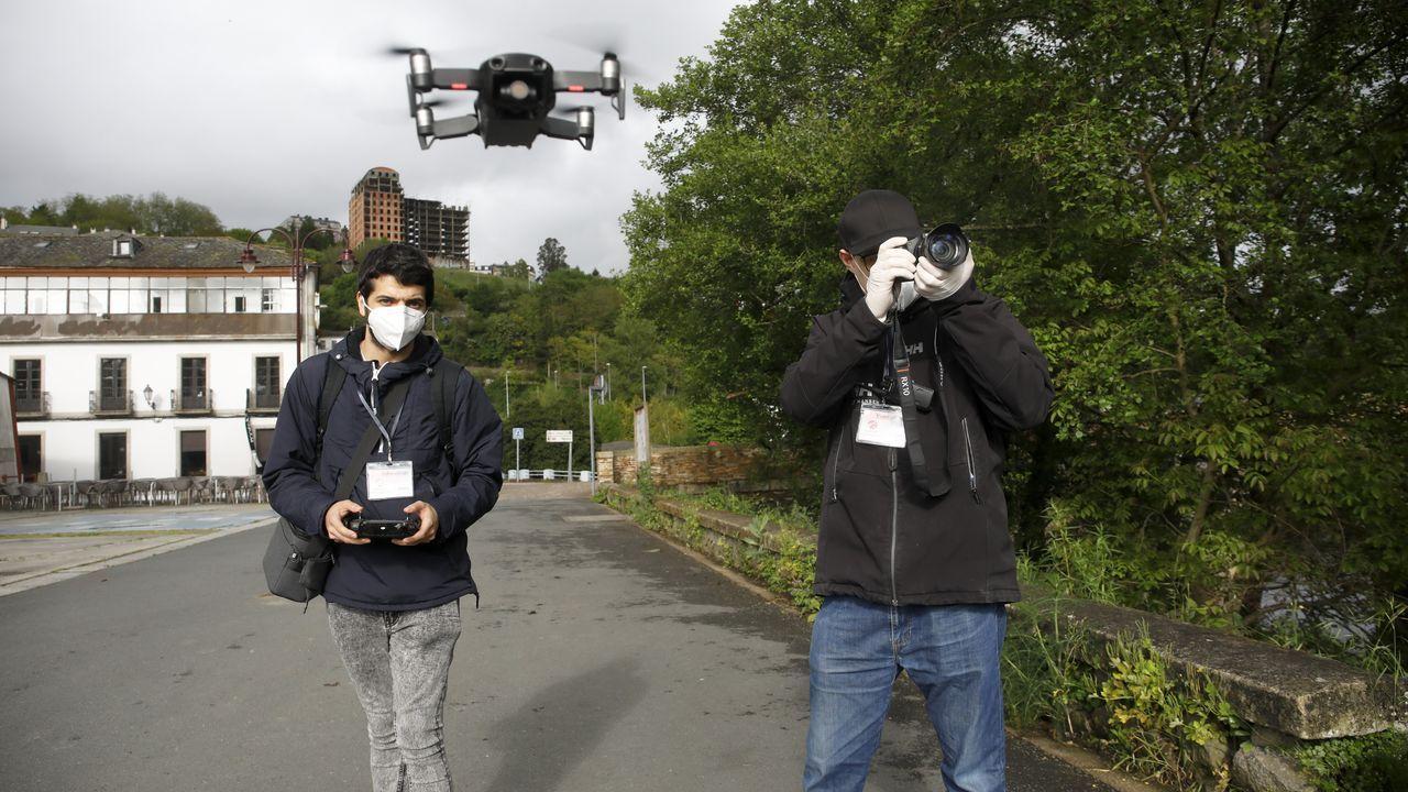 Carlos Méndez y Alfonso Díez, grabando con dron junto al puente romano