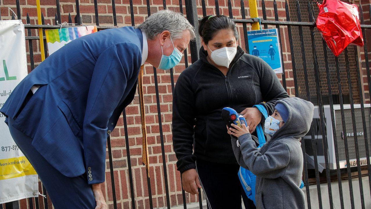 El alcalde de Nueva York, Bill de Blasio, con un niño en su primer día de clase