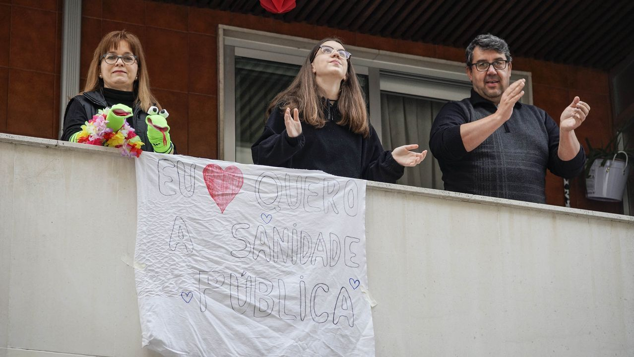 Vecinos de la calle Goya y Ensino celebran una divertida reunión cada tarde en sus ventanas desde que comenzó el confinamiento