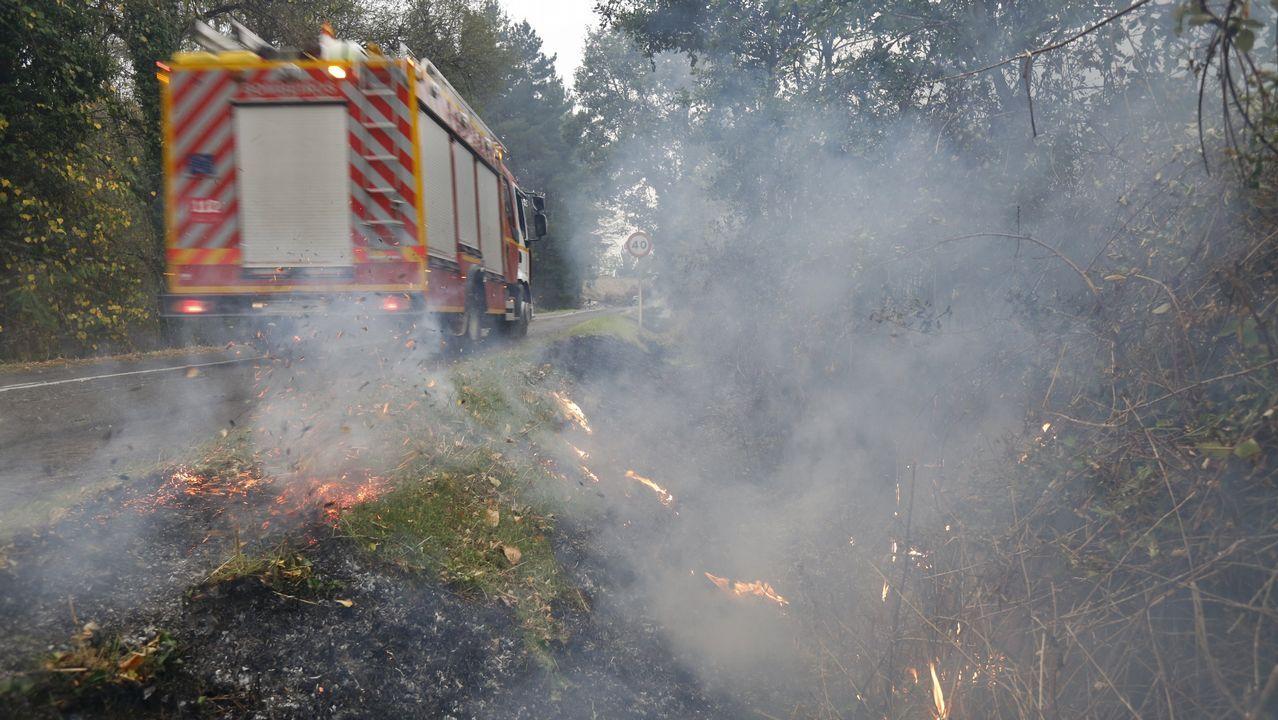 Fuego en la carretera entre Monforte y Pobra