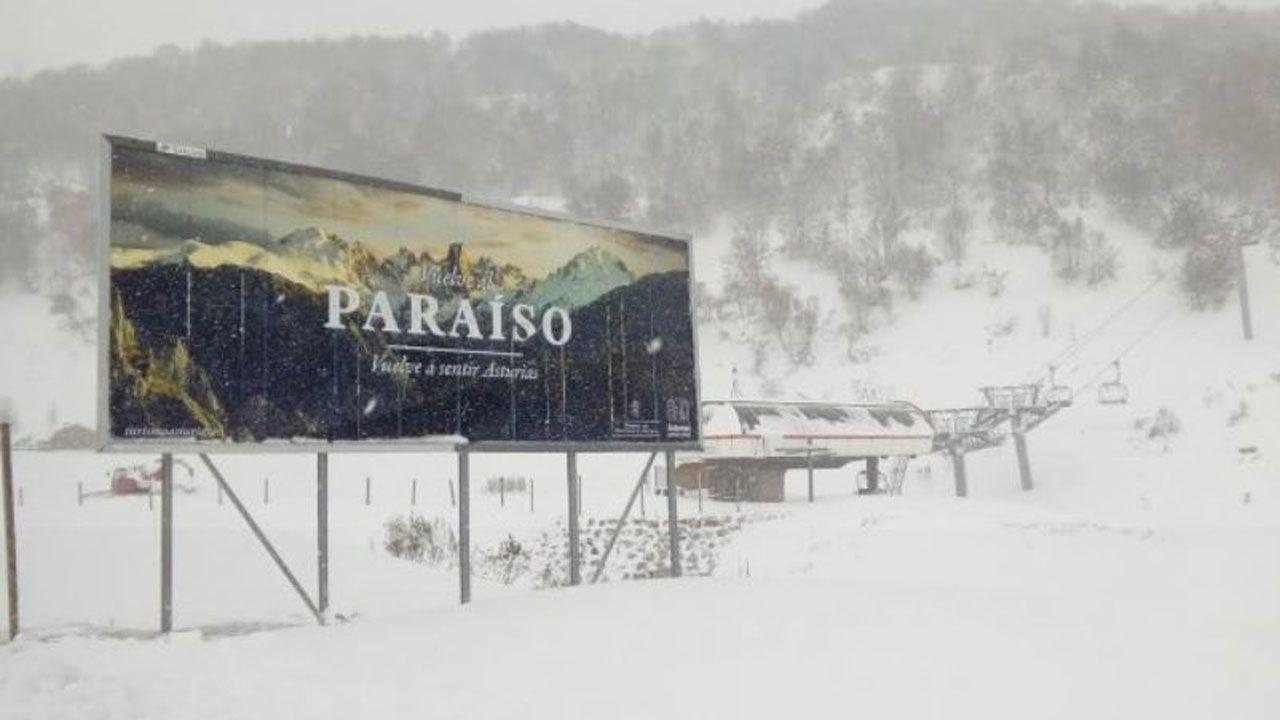 La autopista del Huerna.El cartel promocional de Asturias rodeado por la nieve