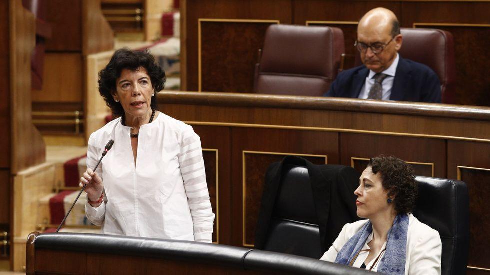 Entrevista a Adrián Barbón, candidato del PSOE.Isabel Celaá, ministra de Educación hoy en funciones, durante una jornada de control al Gobierno en el Congreso