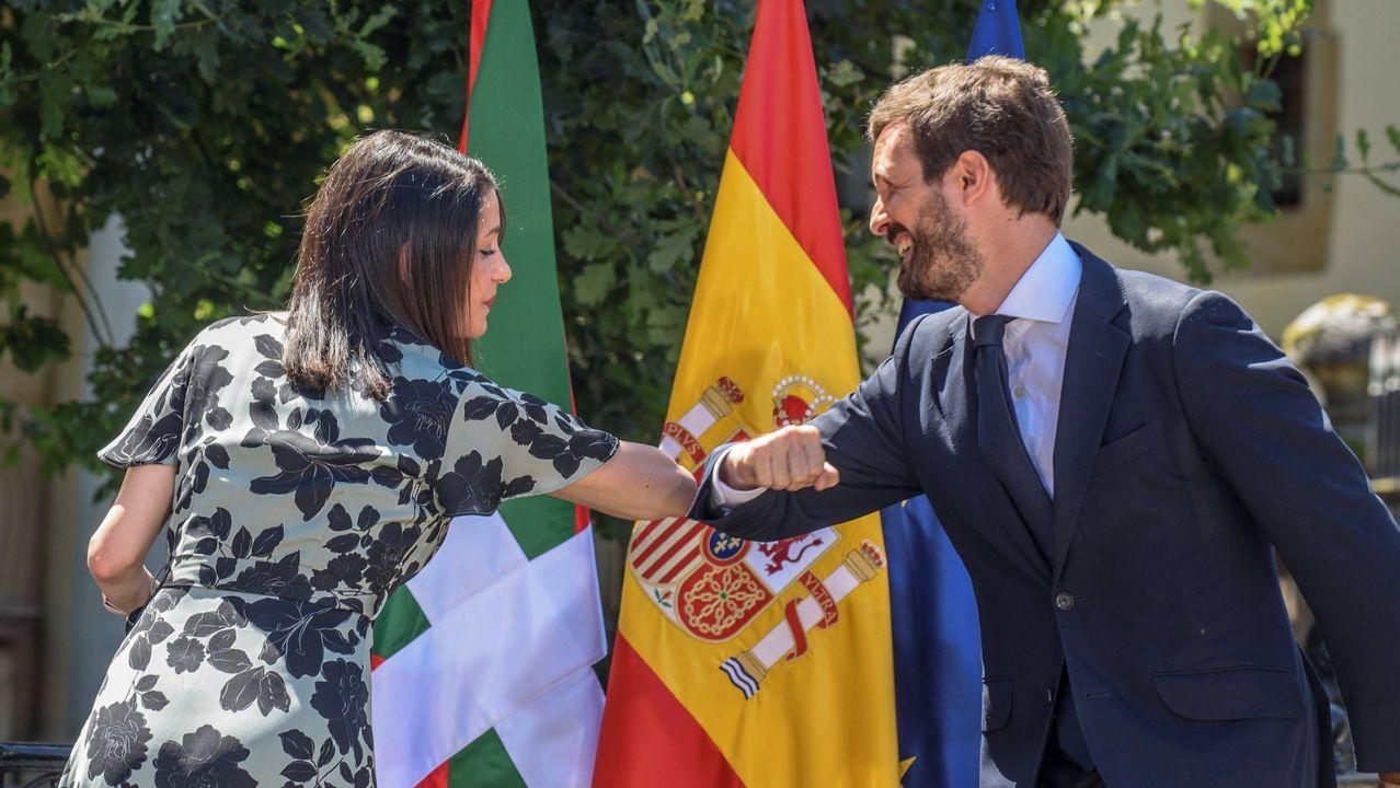 La presidenta de Ciudadanos, Inés Arrimadas, y el presidente del Partido Popular, Pablo Casado, se saludan con el codo durante el acto central de campaña de la coalición PP-Cs en la Casa de Juntas de Gernika, el pasado 5 de julio