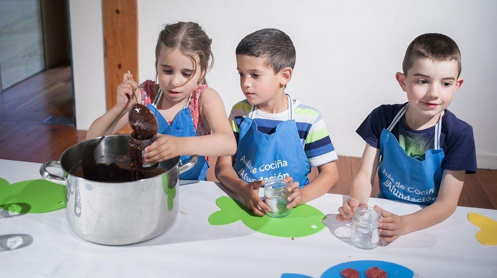 Estos son nuestros cocineros con «estrella».Nacho Manzano, entre sus hermanas Sandra y Esther
