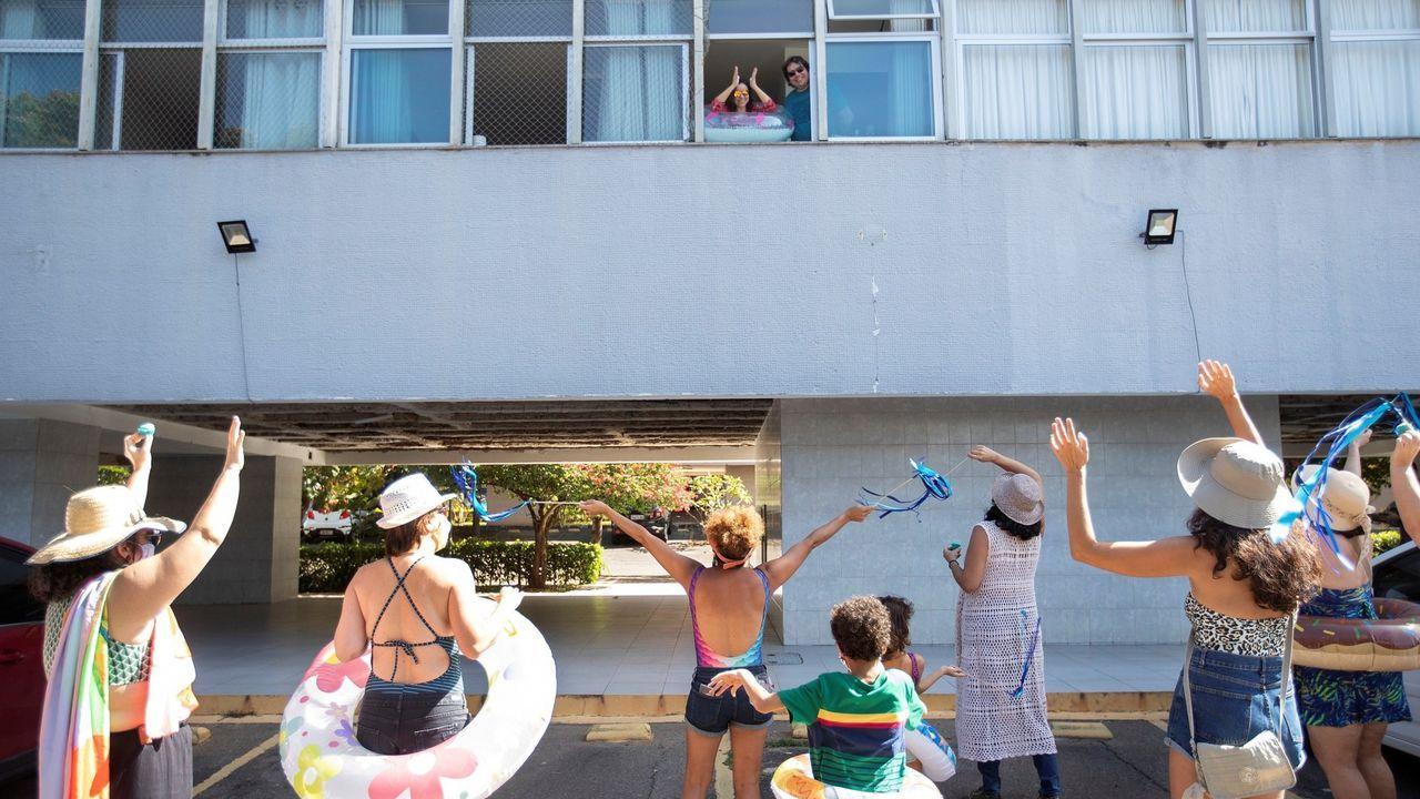 Un grupo de amigos realiza fiesta sorpresa con tema de playa para su amiga que lleva 84 días aislada, en Brasilia, Brasil