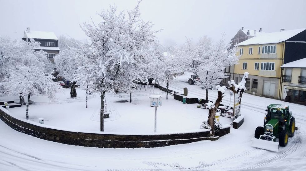 A Santa Cruz do Incio, cubierto de nieve esta mañana
