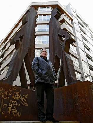 Manuel Cabaleiro posa en el centro de la capital al lado de las esculturas de Ramón Cabanillas y Ramón del Valle Inclán.