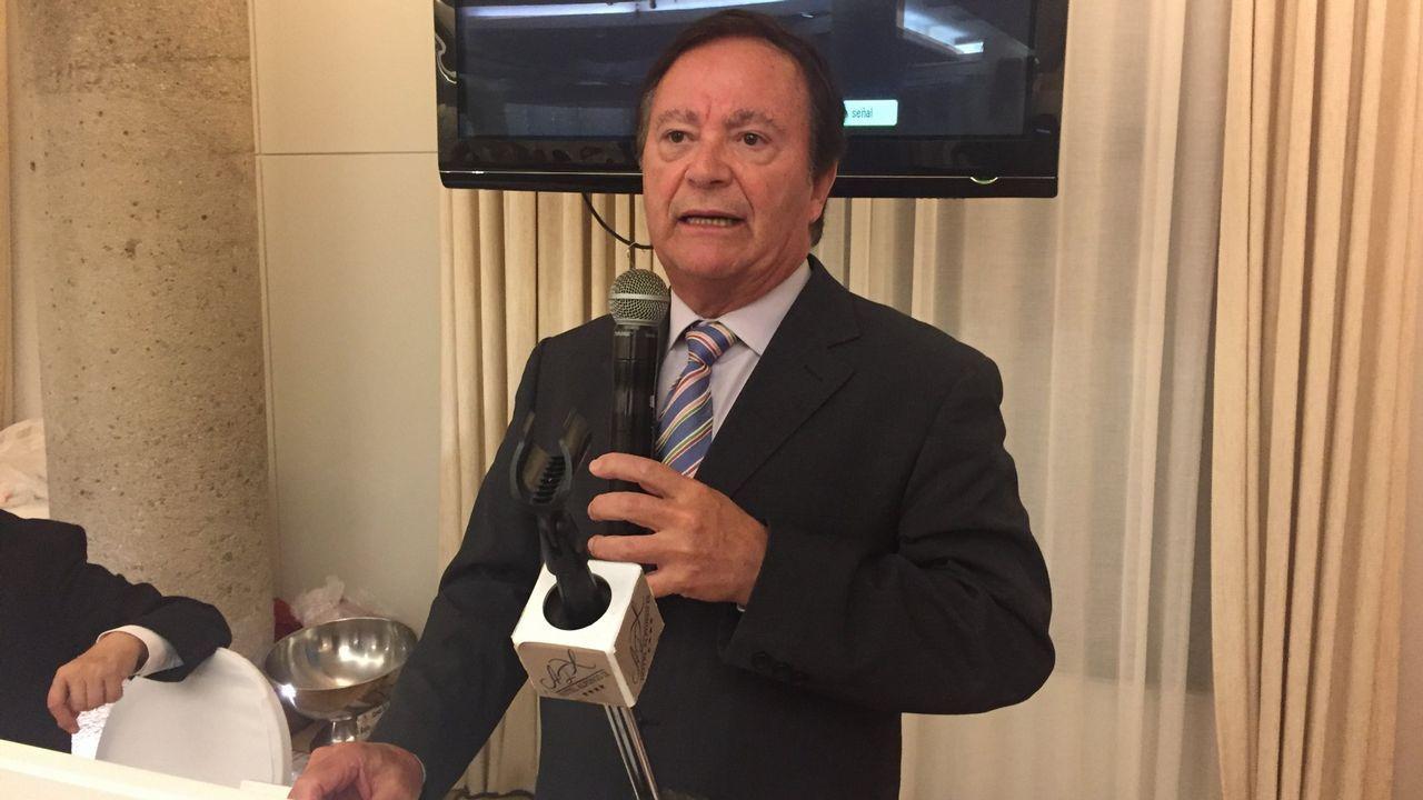 Suelas solidarias.Abel Caballero celebra con los suyos en la sede del PSOE vigués su clamoroso éxito electoral