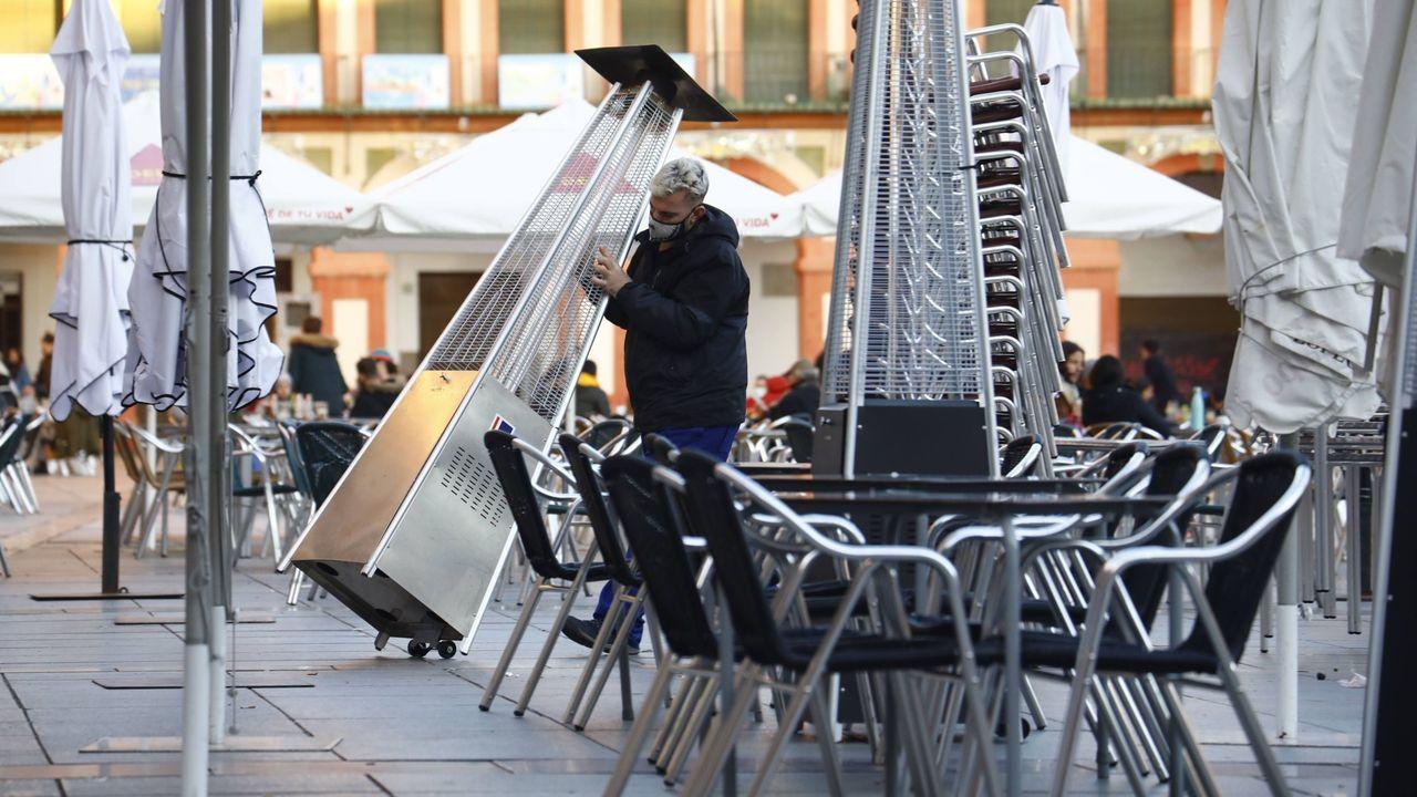 En-Nesyri marcó de cabeza el tercer gol del Sevilla.Un trabajador recoge el mobiliario de la terraza de un restaurante en el centro de Córdoba