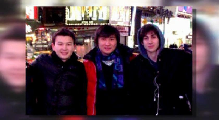 Dos jóvenes de origen kazajo y otro estadounidense.Una víctima del atentado de Boston llega al juzgado