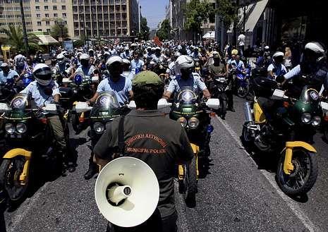 Policías griegos protestan por los despidos.