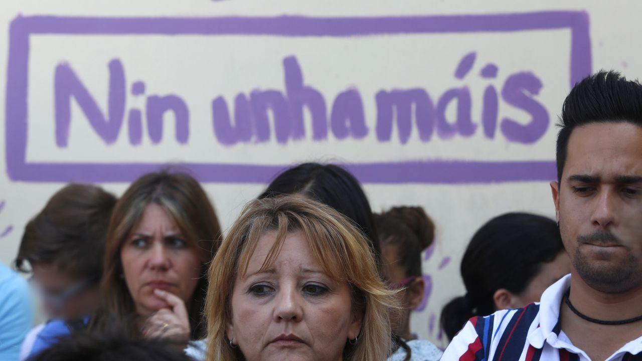 Concentración de repulsa al triple crimen de Valga, en el instituto del concello