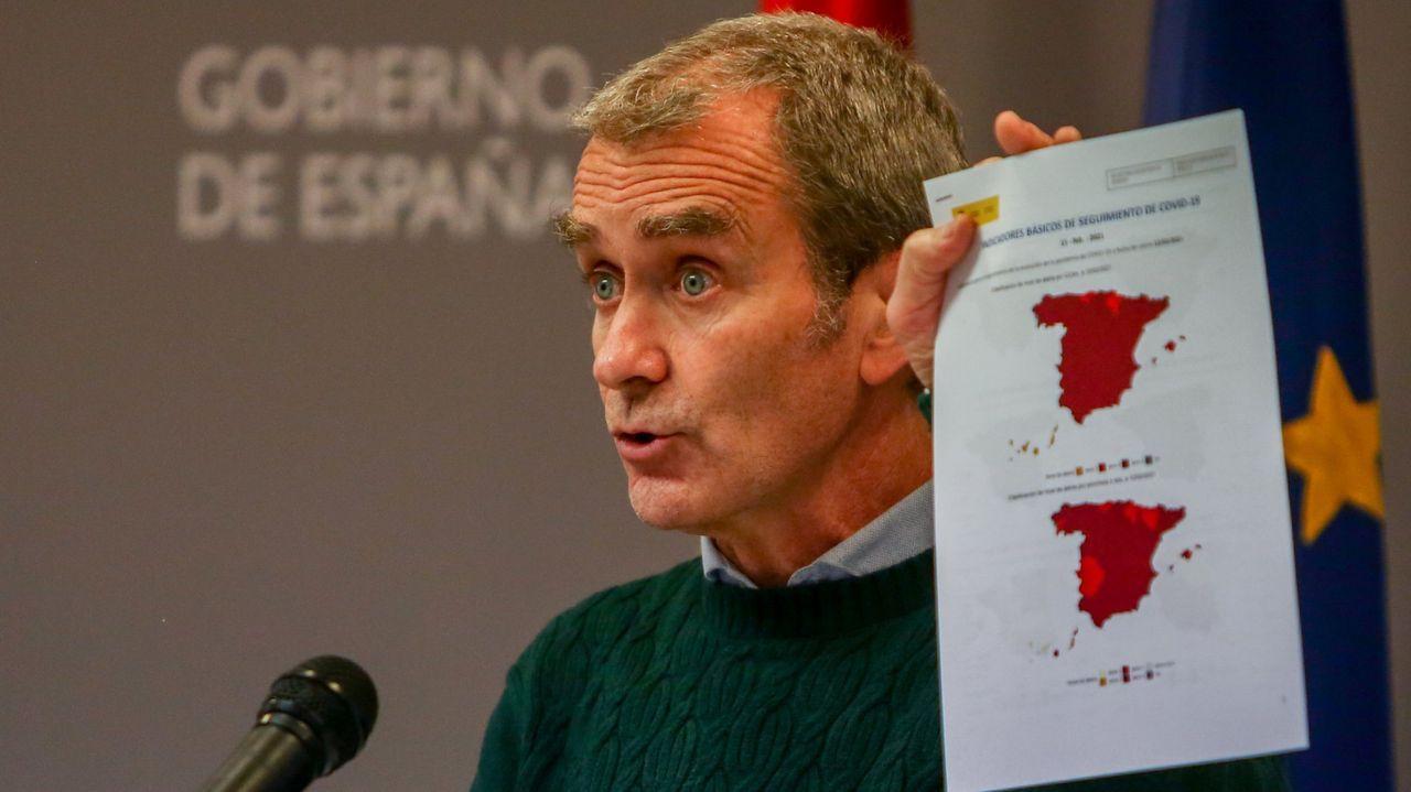 En directo: Fernando Simón informa sobre los últimos datos de la pandemia.Vacunación de mayores de 80 años en el centro de salud de Viveiro