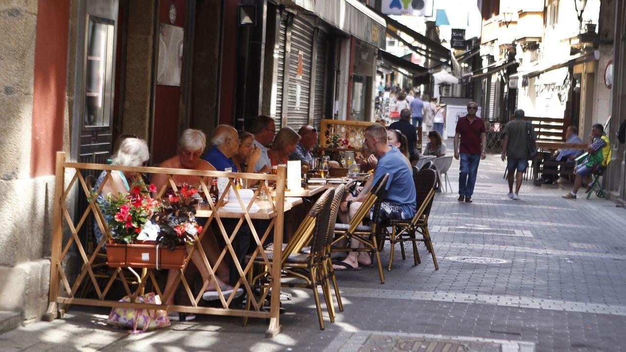 Así son las casas de Paredes, reconvertidas en local hostelero en la Marina coruñesa.Actuación del festival A rúa e vosa en la plaza de España, en las fiestas del pasado año