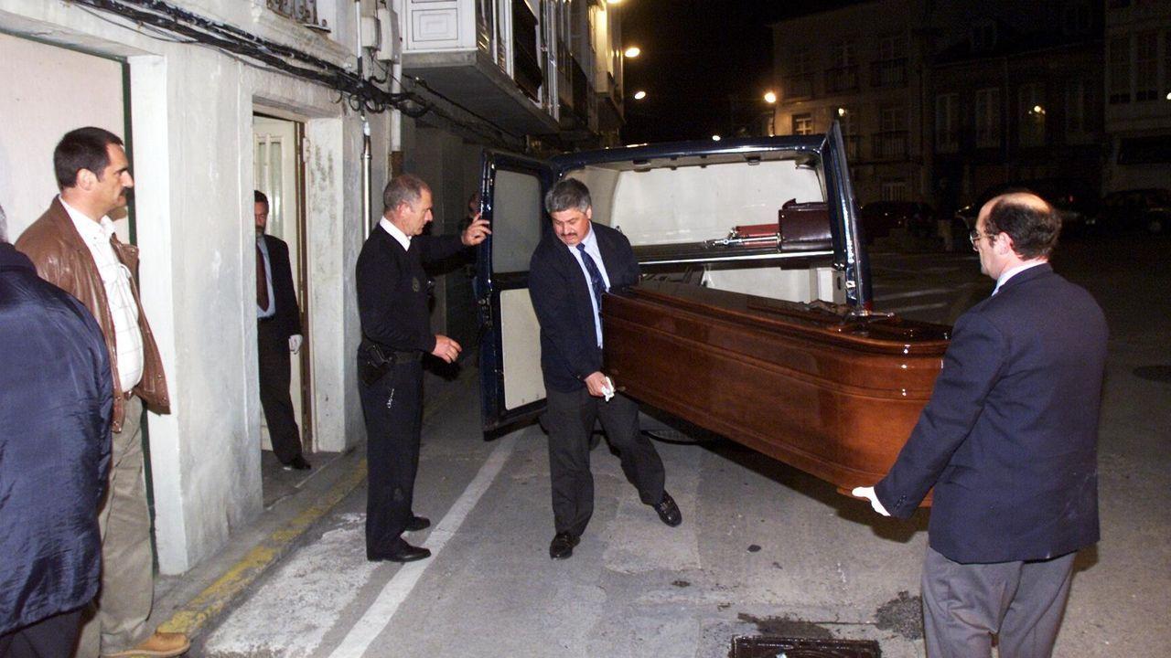 El ataúd con el cuerpo de la víctima sale de su casa en Canido, donde murió a manos de su marido