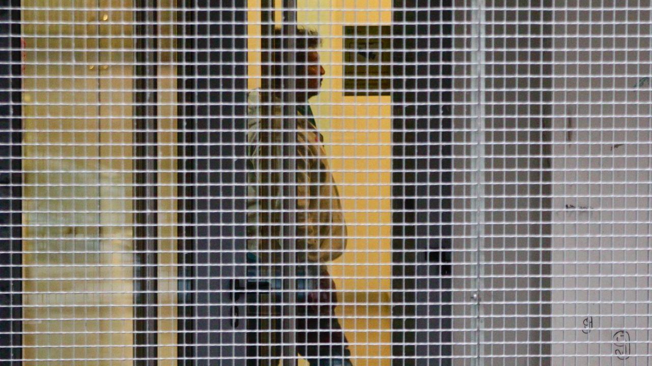 El narcosubmarino, izado a tierra.Uno de los detenidos, dentro de los juzgados de Cangas para prestar declaración.