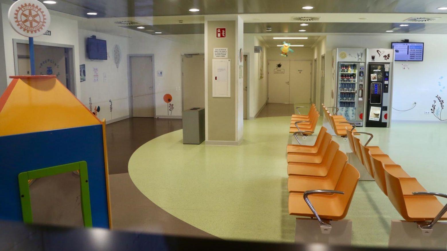Así está el sector sanitario de Vigo, en plena alerta por coronavirus.Pacientes en urgencias, ayer
