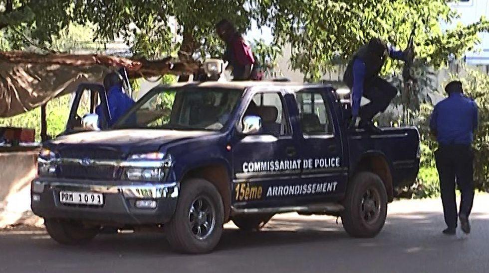 Varios policías de Mali llegan para asegurar la zona del hotel