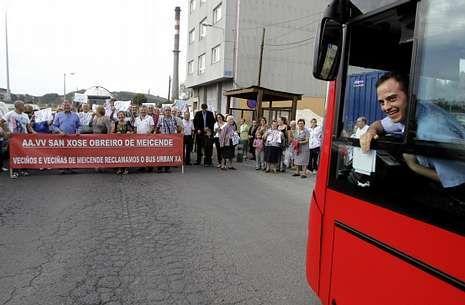 Los vecinos de Meicende se manifestaron en varias ocasiones exigiendo la parada del bus.