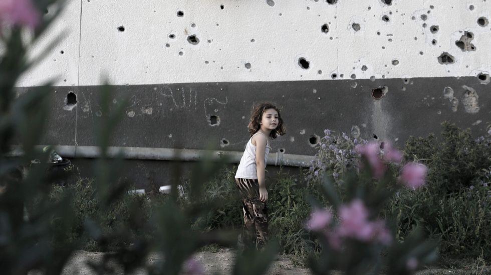 Gaza, un año después.Varias personas transportan el cadáver del joven muerto en el norte de Gaza