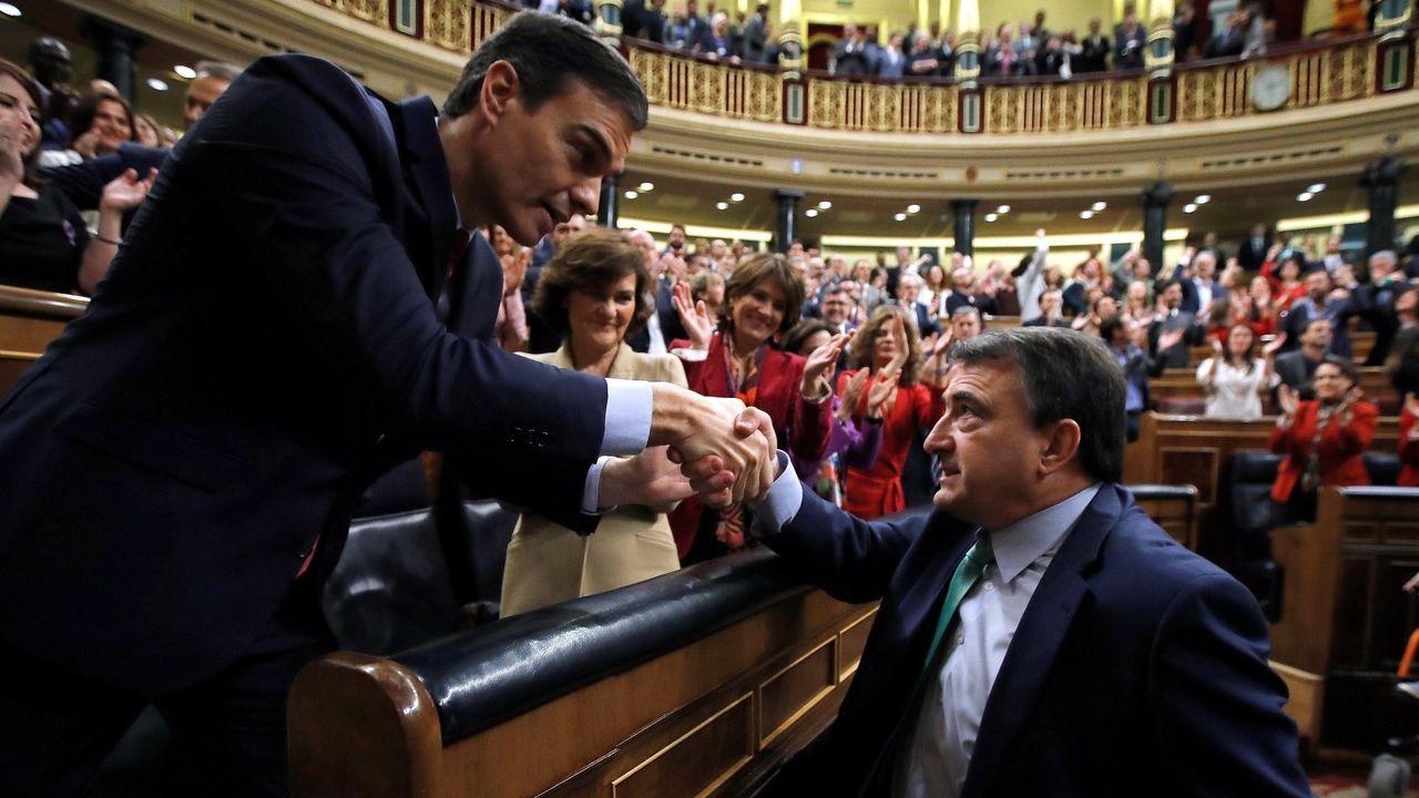 Urkullu declara emergencia sanitaria en Euskadi.Pedro Sánchez recibe la felicitación del portavoz parlamentario del PNV, Aitor Esteban, tras ser investido presidente el 13 de enero, gracias al apoyo, entre otros, de los nacionalistas vascos