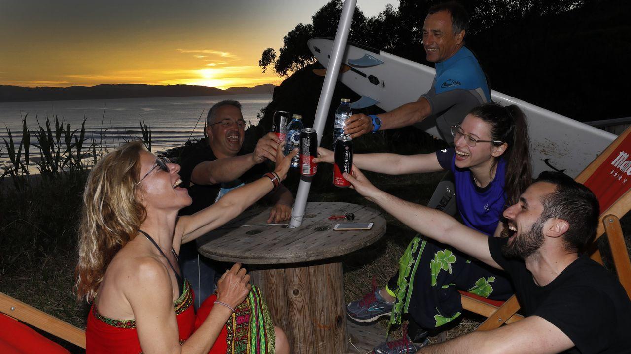 A veces las cosas más sencillas son únicas. Una cerveza al final del día y un atardecer de postal puede ser la mejor combinación en este establecimiento de A Mariña, el Esteiro Surf Café, que da a la playa y está rodeado de verde