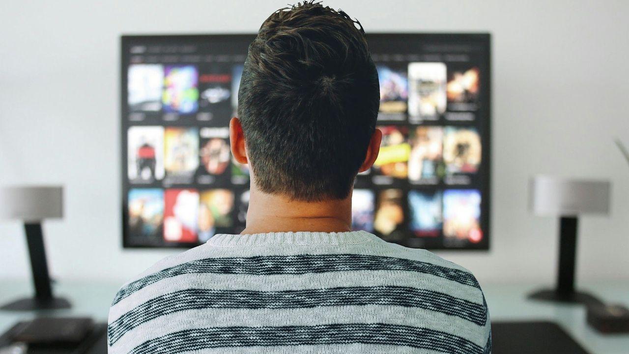 Más de la mitad de los hogares españoles está suscrito a alguna plataforma web de contenidos culturales, mientras cae un 5% el consumo de televisión convencional