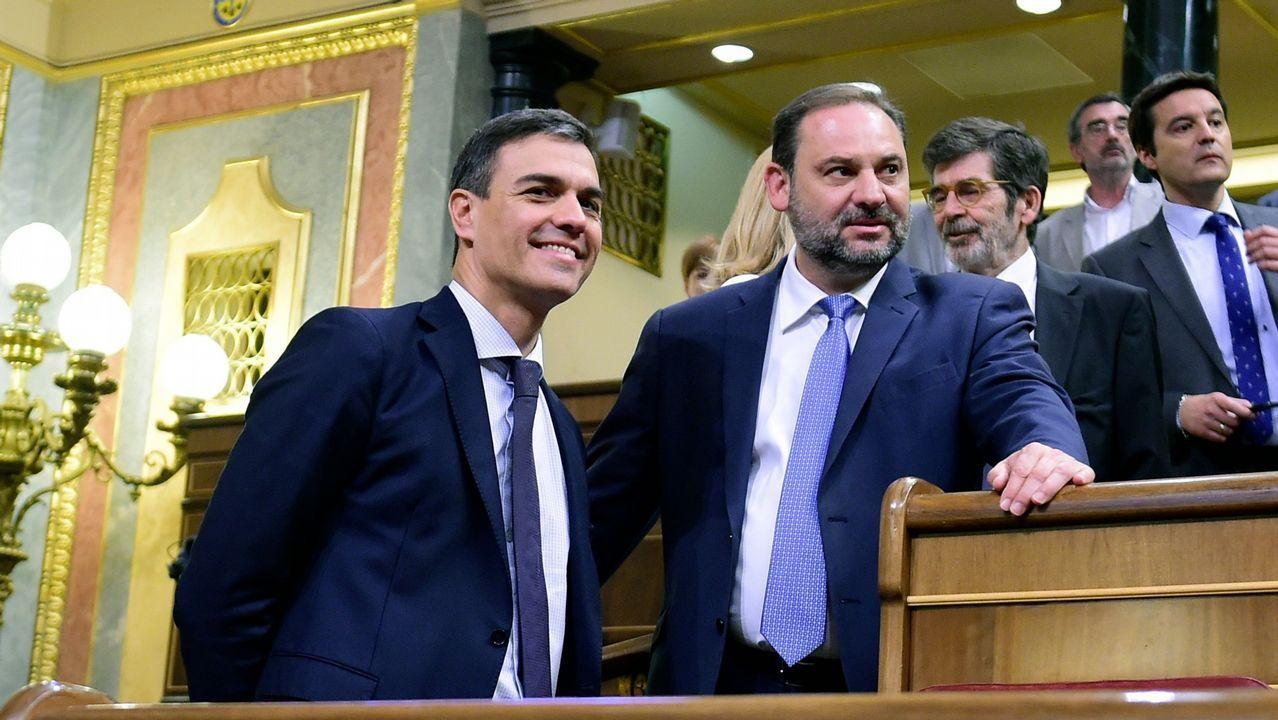 El portavoz de Podemos, Emilio León (i), y el de IU, Gaspar Llamazares (d), conversan tras finalizar la Junta de Portavoces del Parlamento asturiano.