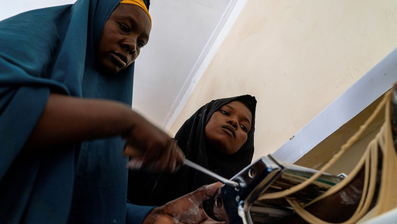 Dos mujeres somalíes elaboran spaghetti con harina de pescado