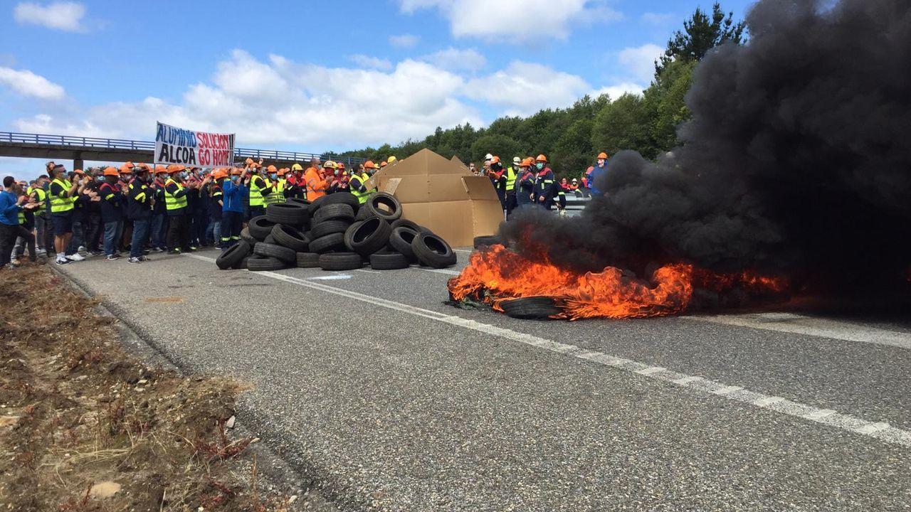 La A-8 permanece cortada en los dos sentidos, con barricadas de neumáticos ardiendo y los trabajadores completando la barrera