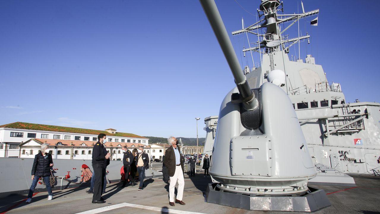 La Armada desvela sus secretos en Ferrol.A la derecha, el Santo do Mar, atracado en Marín en el 2010, antes de ser alargado 10 metros