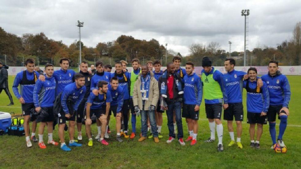 Thorlu Bangura y Ousman Ceesay junto a los jugadores del Real Oviedo