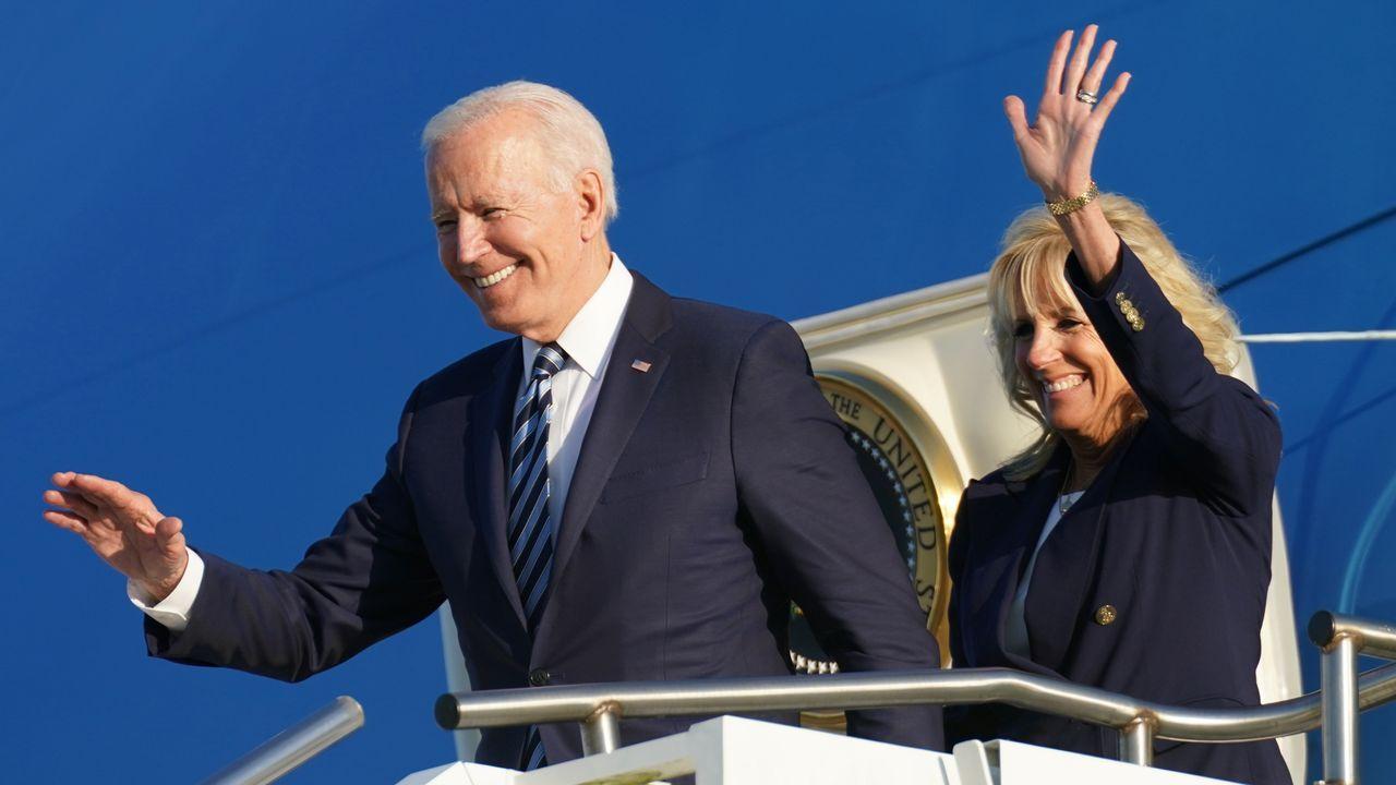 Joe y Jill Biden, a su llegada a Mildenhall (Inglaterra)