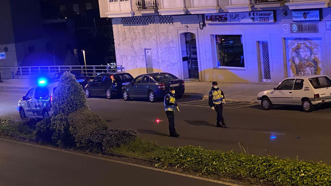 Primer control de tráfico en Ares con las nuevas aplicaciones de la policía.Hosteleros ante la apertura de las terrazas