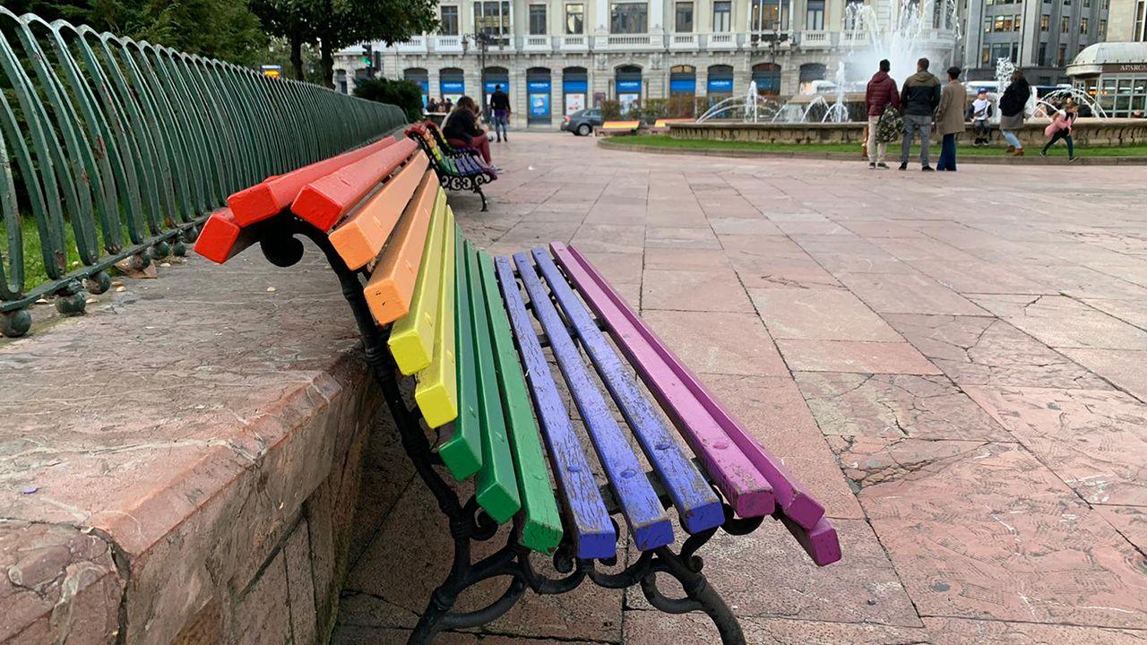Banco arcoiris situado en la plaza de La Escandalera