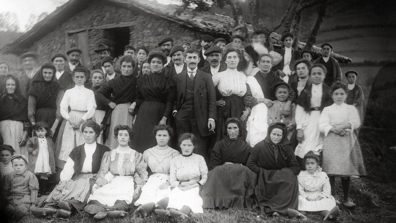 Retrato de boda delante de una cuadra. Autor de la fotografía: Juan Evangelista Canellada Prida (1862-1946). Cesión del Muséu del Pueblu d´Asturies.