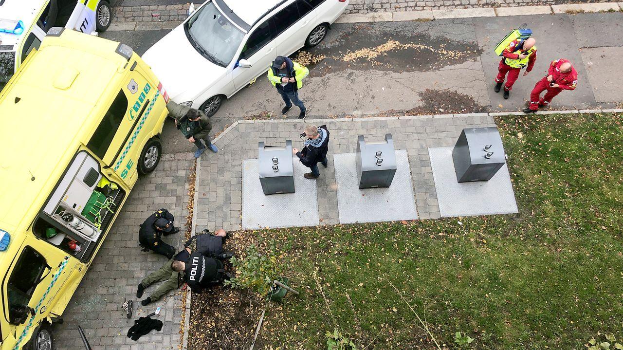 Agentes de policía detienen al hombre armado que robó la ambulancia