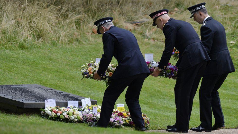 Varios policías depositan coronas ante el monumento a las víctimas
